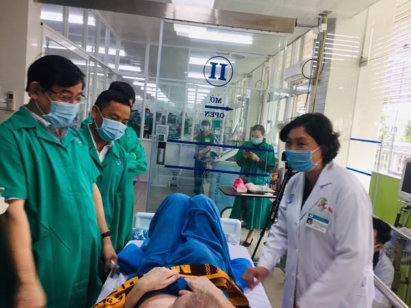 PGS.TS Lương Ngọc Khuê thăm và trò chuyện với bệnh nhân số 91 ngày 3-7