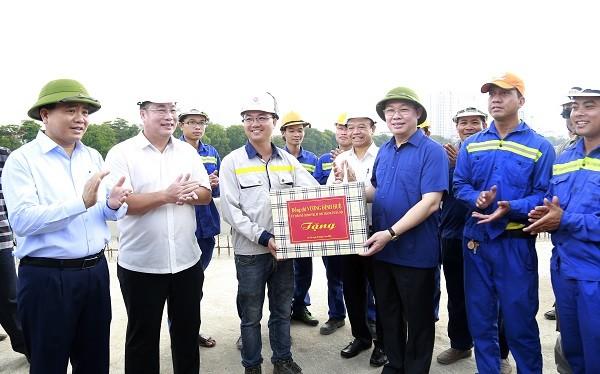 Lãnh đạo thành phố Hà Nội tặng quà động viên cán bộ, công nhân viên thi công dự án