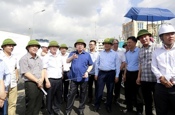 Bí thư Thành ủy Vương Đình Huệ kiểm tra công trình thi công tại dự án đường bộ trên cao đoạn qua Trường Chinh