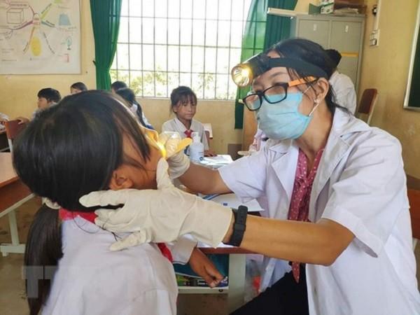 Khám, lấy mẫu xét nghiệm dịch bạch hầu cho học sinh ở Tây Nguyên (Ảnh: TTX VN)