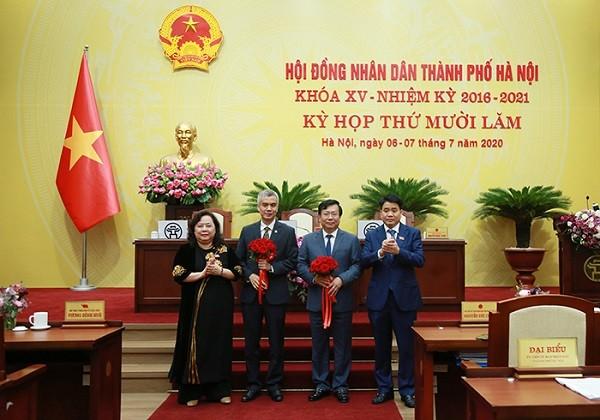 Chủ tịch HĐND TP Hà Nội Nguyễn Thị Bích Ngọc và Chủ tịch UBND TP Nguyễn Đức Chung chúc mừng 2 tân Ủy viên UBND TP