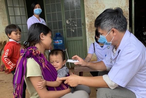 Bác sĩ khám cho người dân trong khu vực có dịch bạch hầu ở Tây Nguyên