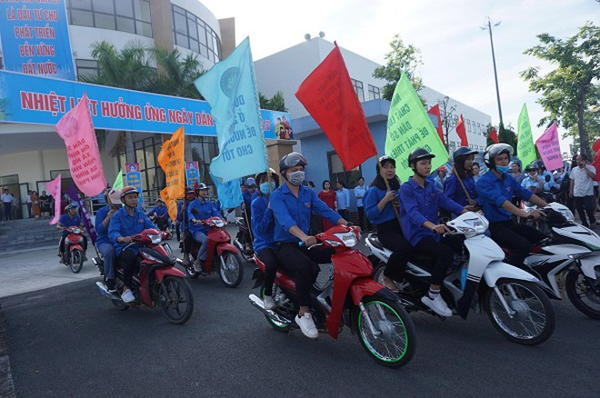 Đoàn viên thanh niên Hà Nội diễu hành hưởng ứng Ngày dân số thế giới năm 2020