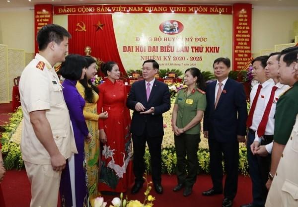 Bí thư Thành ủy Vương Đình Huệ trao đổi với các đại biểu tại đại hội