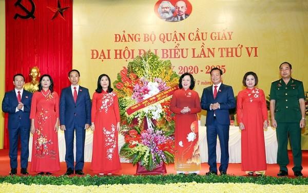Lãnh đạo thành phố tặng hoa chúc mừng Đại hội Đảng bộ quận Cầu Giấy