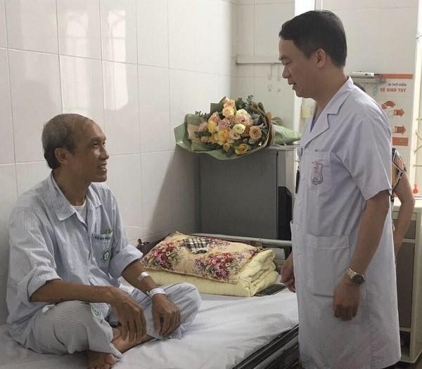 PGS.TS Phạm Mạnh Hùng thăm bệnh nhân sau ca can thiệp bằng kỹ thuật mới