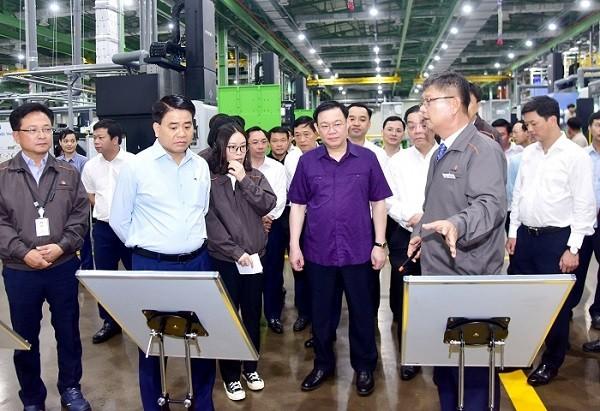 Bí thư Thành ủy Vương Đình Huệ thăm một nhà máy trong khu công nghệ cao Hòa Lạc