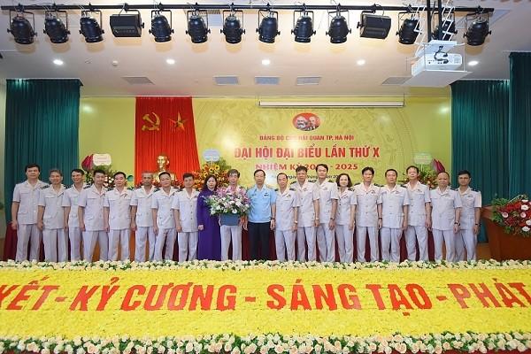 Trưởng Ban Dân vận Thành ủy Nguyễn Thị Tuyến (áo tím) dự đại hội Đảng bộ Cục Hải quan Hà Nội