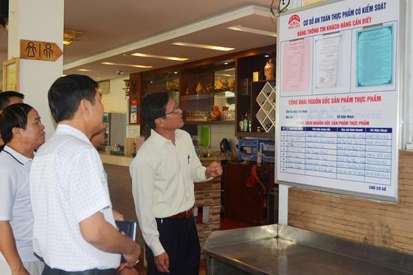 Đoàn kiểm tra của Chi cục ATVSTP Hà Nội kiểm tra tại một cơ sở ở quận Long Biên