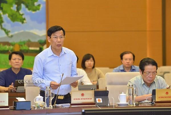 Bộ trưởng Bộ VH-TT&DL Nguyễn Ngọc Thiện báo cáo tại phiên họp