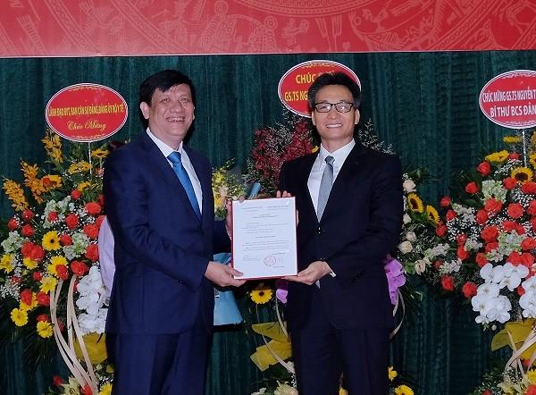 Phó Thủ tướng Vũ Đức Đam trao Quyết định cho Quyền Bộ trưởng Bộ Y tế Nguyễn Thanh Long