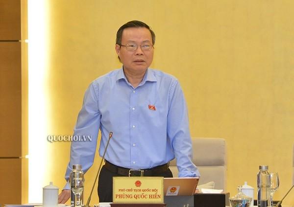 Phó Chủ tịch Quốc hội Phùng Quốc Hiển góp ý tại phiên họp