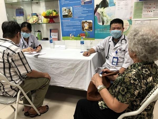 Bác sĩ Bệnh viện Tim Hà Nội khám cho các đối tượng chính sách phường Cửa Nam