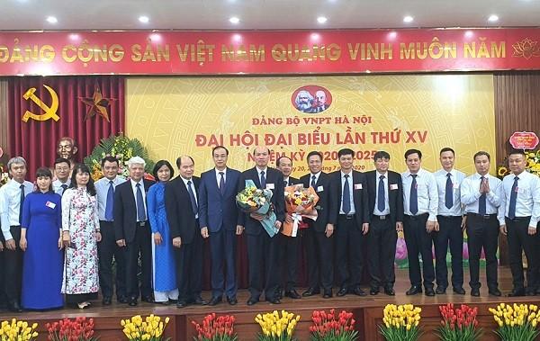 Phó Bí thư Thành ủy Đào Đức Toàn tặng hoa chúc mừng Ban Chấp hành Đảng bộ VNPT Hà Nội khóa XV nhiệm kỳ 2020-2025