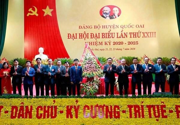 Lãnh đạo thành phố tặng hoa chúc mừng Đại hội đại biểu lần thứ XXIII Đảng bộ huyện Quốc Oai