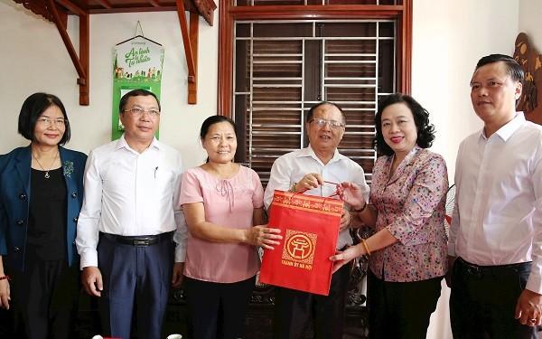 Đồng chí Ngô Thị Thanh Hằng thăm, tặng quà gia đình thương binh Phạm Đắc Vinh
