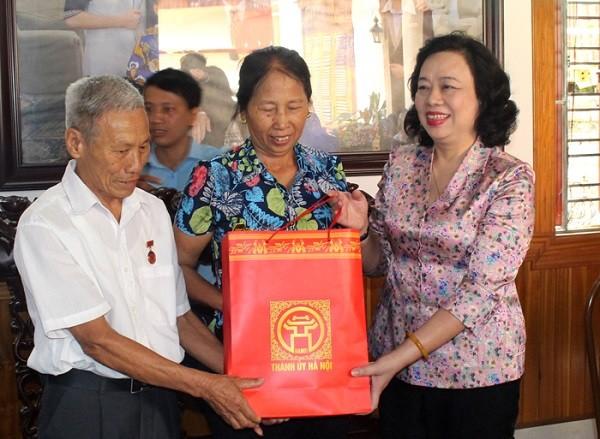 Phó Bí thư Thường trực Thành ủy thăm, tặng quà gia đình ông Đỗ Quốc Việt
