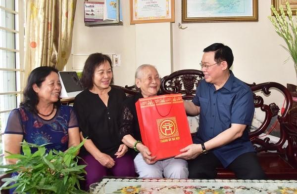Bí thư Thành ủy Vương Đình Huệ thăm gia đình mẹ liệt sỹ Đặng Thùy Trâm