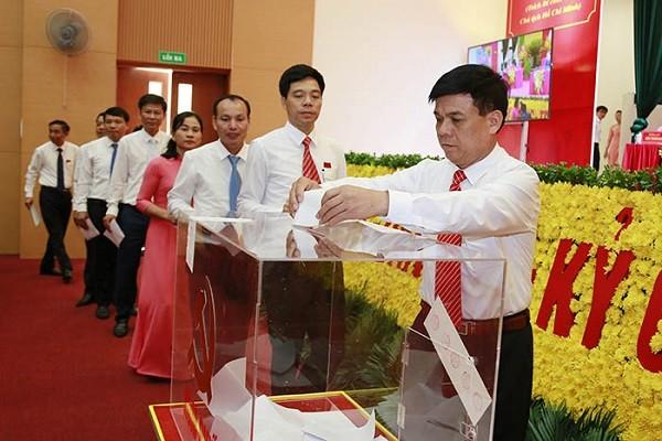 Các đại biểu bỏ phiếu bầu Ban Chấp hành Đảng bộ huyện nhiệm kỳ 2020 - 2025