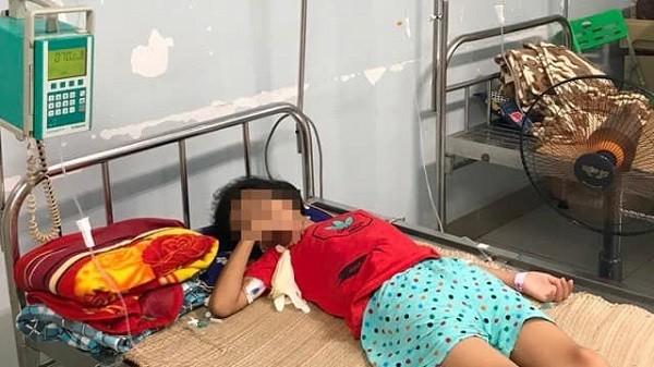 Bé gái D.L vẫn đang điều trị tại Bệnh viện Nhi Trung ương