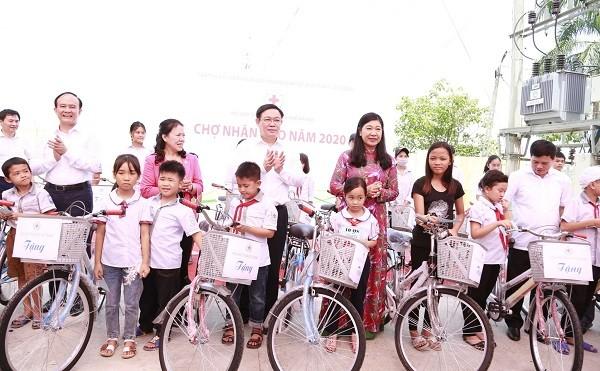 Lãnh đạo thành phố trao tặng xe đạp cho con em các gia đình chính sách ở huyện Ứng Hòa