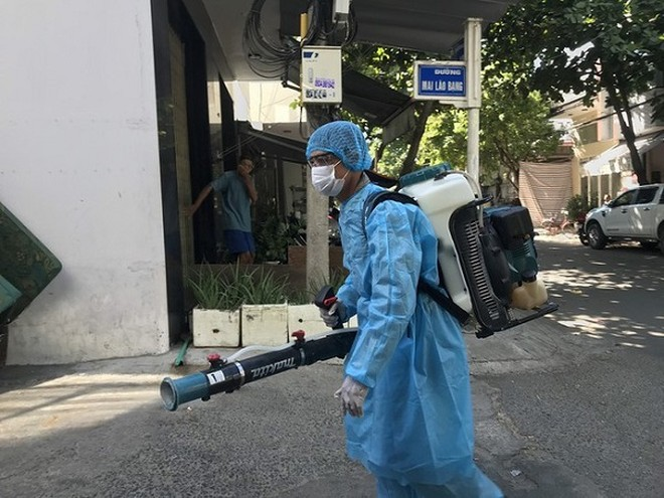Phun khử khuẩn môi trường khu vực nhà bệnh nhân 418 ở Đà Nẵng