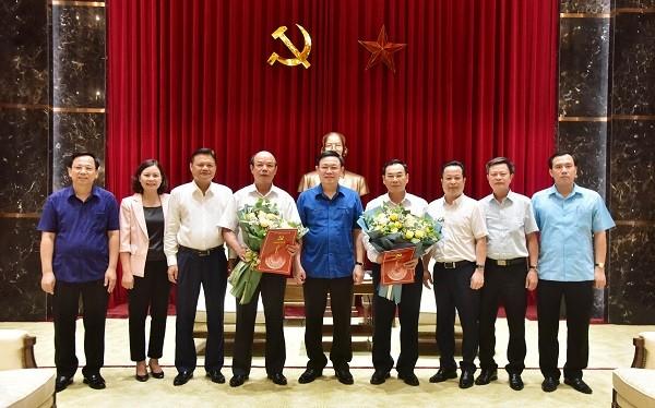 Bí thư Thành ủy Vương Đình Huệ (giữa) trao quyết định nghỉ hưu cho đồng chí Lê Trọng Khuê (bên trái) và Trương Quang Thiều (phải)