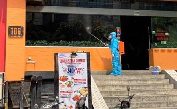 Phun khử khuẩn tại địa chỉ 106 Trần Thái Tông (Cầu Giấy) là nơi có bệnh nhân Covid-19 làm việc