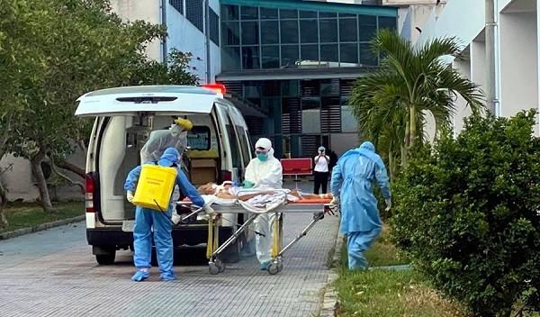 Vận chuyển bệnh nhân Covid-19 nặng điều trị tại Bệnh viện Đà Nẵng