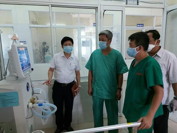 Thứ trưởng Bộ Y tế Nguyễn Trường Sơn kiểm tra cơ sở điều trị bệnh nhân Covid-19 nặng tại Đà Nẵng