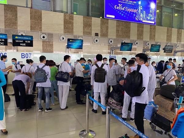 Đội ngũ cán bộ y tế từ các tỉnh thành tiếp được chi viện tới Đà Nẵng trong ngày 5-8