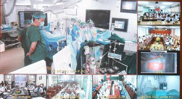 Từ điểm cầu Bệnh viện Tim Hà Nội, các chuyên gia của bệnh viện tư vấn, điều hành trực tuyến ca mổ tim ở Bệnh viện Phú Thọ