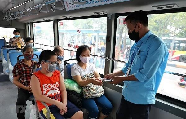 Tăng cường phòng chống dịch Covid-19 trên các tuyến xe buýt ở Hà Nội (Ảnh: TTX VN)