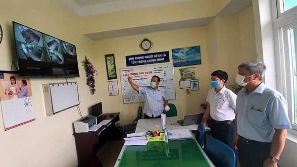 Thứ trưởng Bộ Y tế Nguyễn Trường Sơn giám sát lắp đặt trang thiết bị phòng chống dịch tại Bệnh viện Phổi Đà Nẵng ngày 7-8