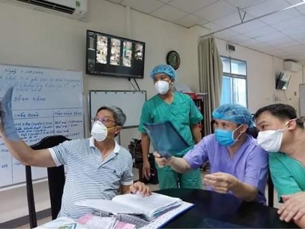 Thứ trưởng Bộ Y tế Nguyễn Trường Sơn trực tiếp kiểm tra bệnh án một bệnh nhân Covid-19 nặng