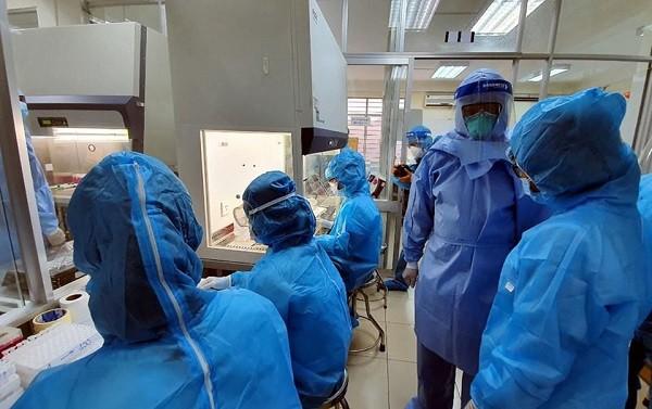Thứ trưởng Bộ Y tế Nguyễn Trường Sơn kiểm tra xét nghiệm tại CDC Đà Nẵng