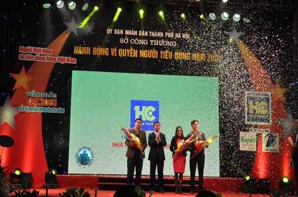Ông Lê Hồng Thăng- Giám đốc Sở Công Thương Hà Nội tặng hoa cho các nhà tài trợ cùng đồng hành vì quyền của người tiêu dùng năm 2015