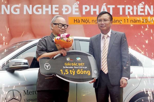 """Ông Lê Hữu Hiền- PTGĐ Viettel Telecom trao giải đặc biệt của chương trình """"Lắng nghe để phát triển"""" năm 2014 cho khách hàng Nguyễn Hữu Cẩn"""