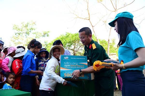 Người dân tỉnh Ninh Thuận vui mừng khi nhận được hỗ trợ từ Viettel