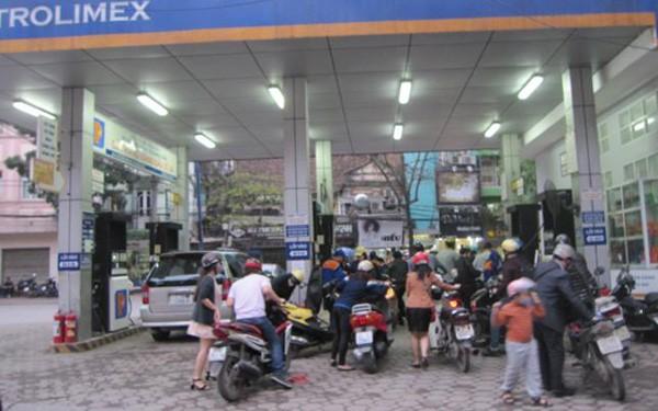 Người dân phấn khởi vì giá xăng dầu giảm sâu