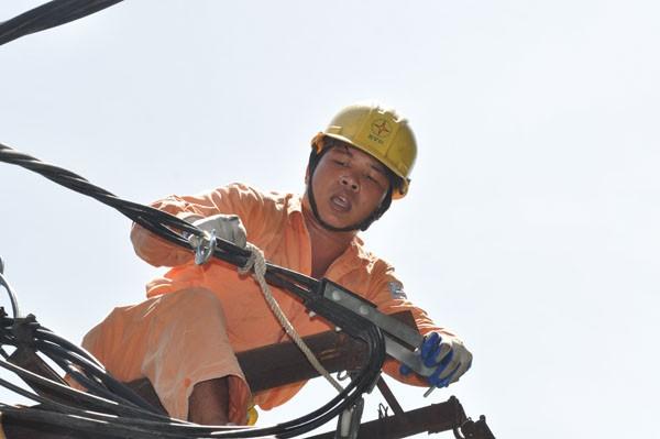 """Nhân viên ngành điện """"căng mình"""" ứng trực trong những ngày nắng nóng"""