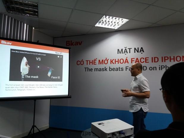 Tổng Giám đốc Bkav Nguyễn Tử Quảng thực nghiệm chứng minh Face ID của iPhone X không an toàn