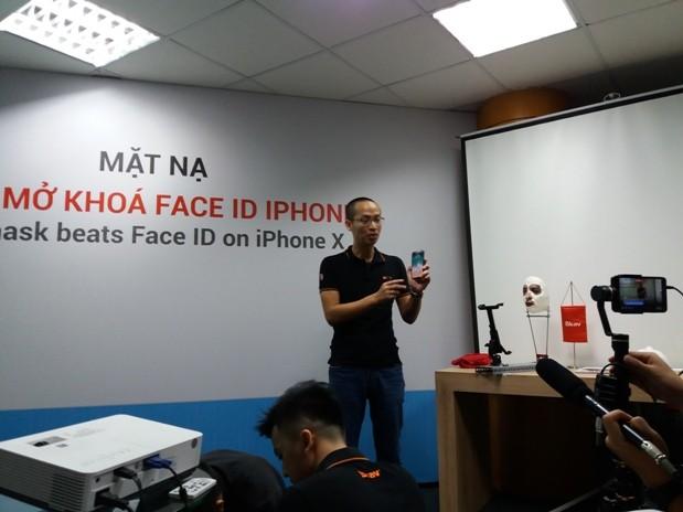 Ông Ngô Tuấn Anh- Phó Chủ tịch Bkav thử nghiệm nhận diện Face ID bằng mặt nạ