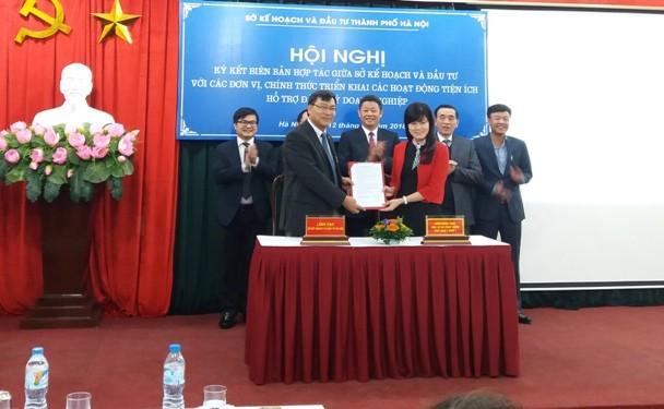 Lãnh đạo Sở KH-ĐT Hà Nội ký kết biên bản hợp tác với đại diện ngân hàng, cung cấp dịch vụ tiện ích cho doanh nghiệp