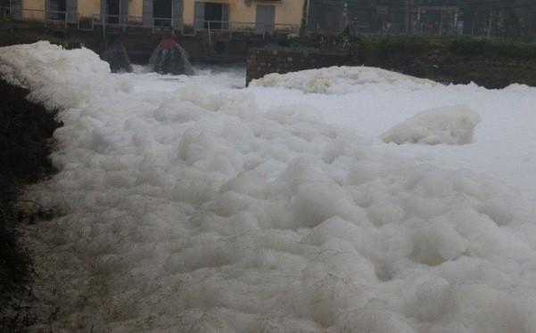 """""""Sông tuyết"""" ở Hà Nam bốc mùi hôi thối, ô nhiễm"""