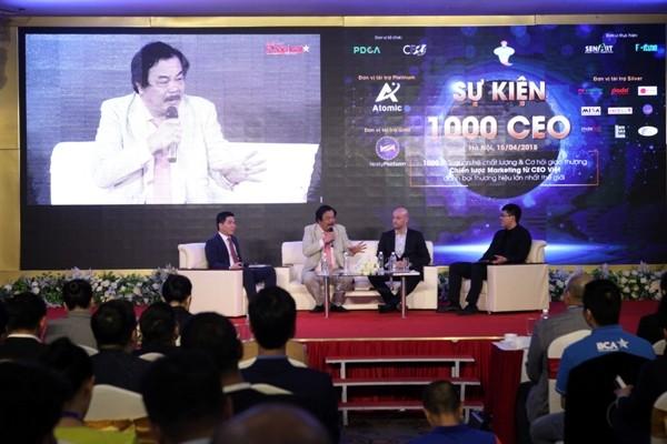 Ông Trần Quí Thanh (áo trắng) chia sẻ câu chuyện khởi nghiệp cùng doanh nhân