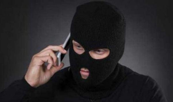 Khách hàng kiểm tra kỹ thông tin trước khi chuyển tiền theo hướng dẫn của kẻ lừa đảo