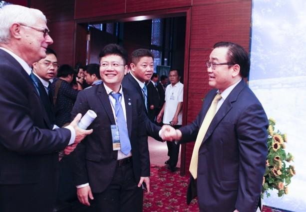 Bí thư Thành ủy Hà Nội Hoàng Trung Hải gặp gỡ các đại biểu tham dự hội nghị (