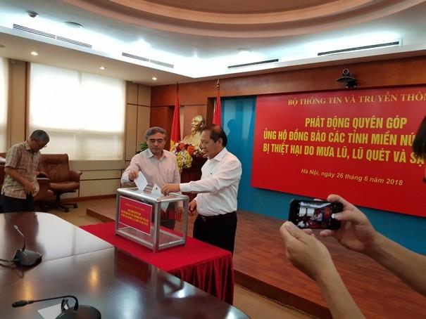 Bộ trưởng Bộ TT-TT cùng lãnh đạo Bộ TT-TT ủng hộ đồng bào chịu ảnh hưởng của thiên tai