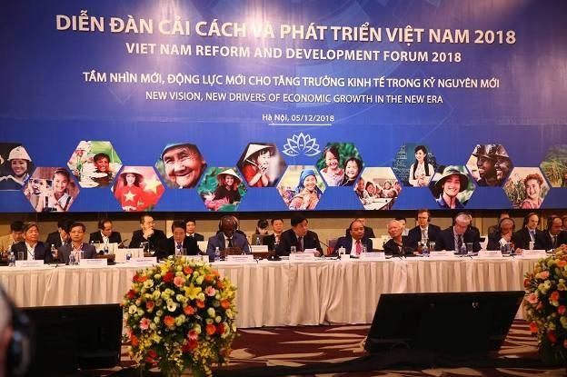 Thủ tướng Nguyễn Xuân Phúc lắng nghe các ý kiến tại VRFD lần thứ nhất (Ảnh: Lê Tiên - Báo Đấu thầu)